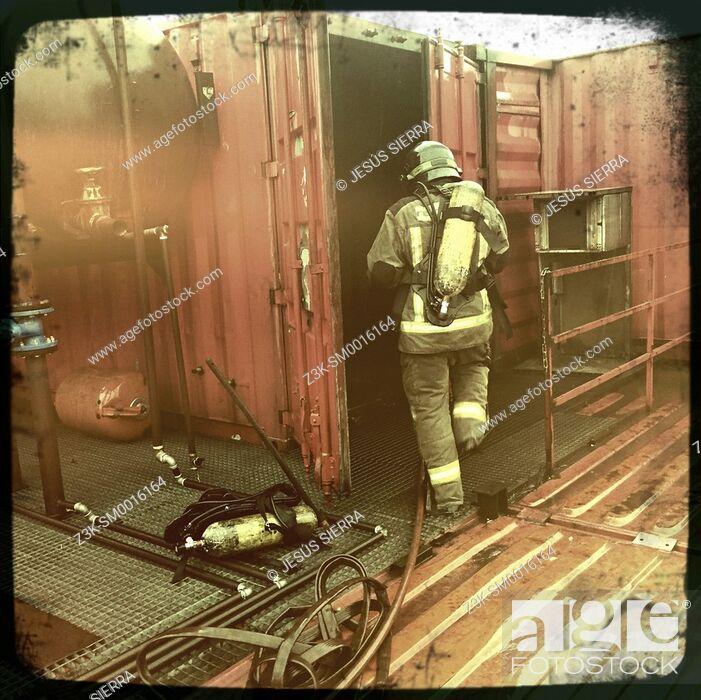 Imagen: Fireman in action. Madrid. Spain.