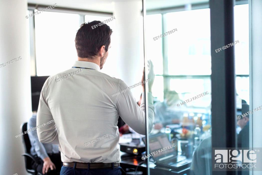 Imagen: Business man making a presentation at office. Business executive delivering a presentation to his colleagues during meeting or in-house business training.