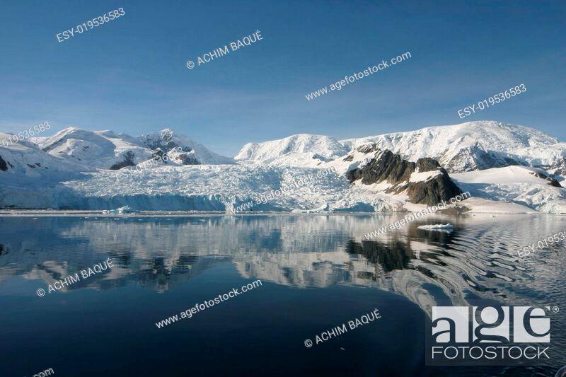 Imagen: Landscape in Antarctica in morning light.