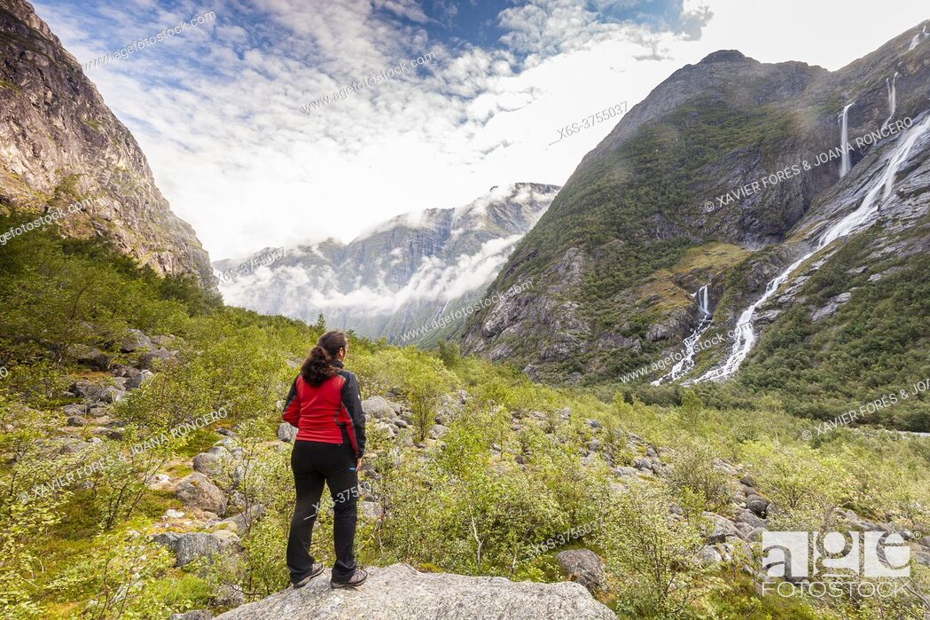 Imagen: Kjenndalsbreen Glacier in Kjenndalen valley, Stryn, Vestland, Norway.