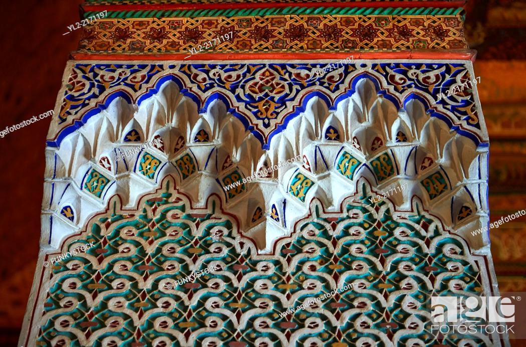 Imagen: Berber Arabesque decorative honeycomb Muqarnas plaster capitals of Bou Ahmed's Harem. Bahia Palace, Marrakesh, Morroco.