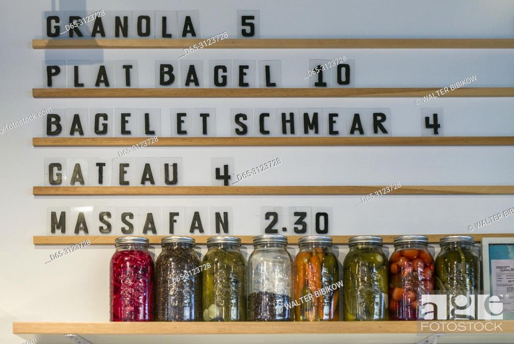 Imagen: Canada, Quebec, Montreal, St-Laurent Street, hip Jewish deli offering bagle with schmear.