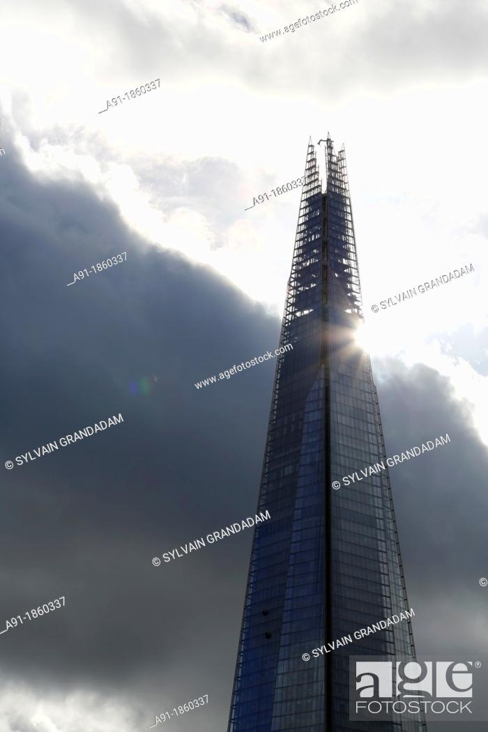 Stock Photo: United Kingdom, city of London, tower of London at fore and Shard Tower 309M high, architect Renzo Piano, highest europe tower.