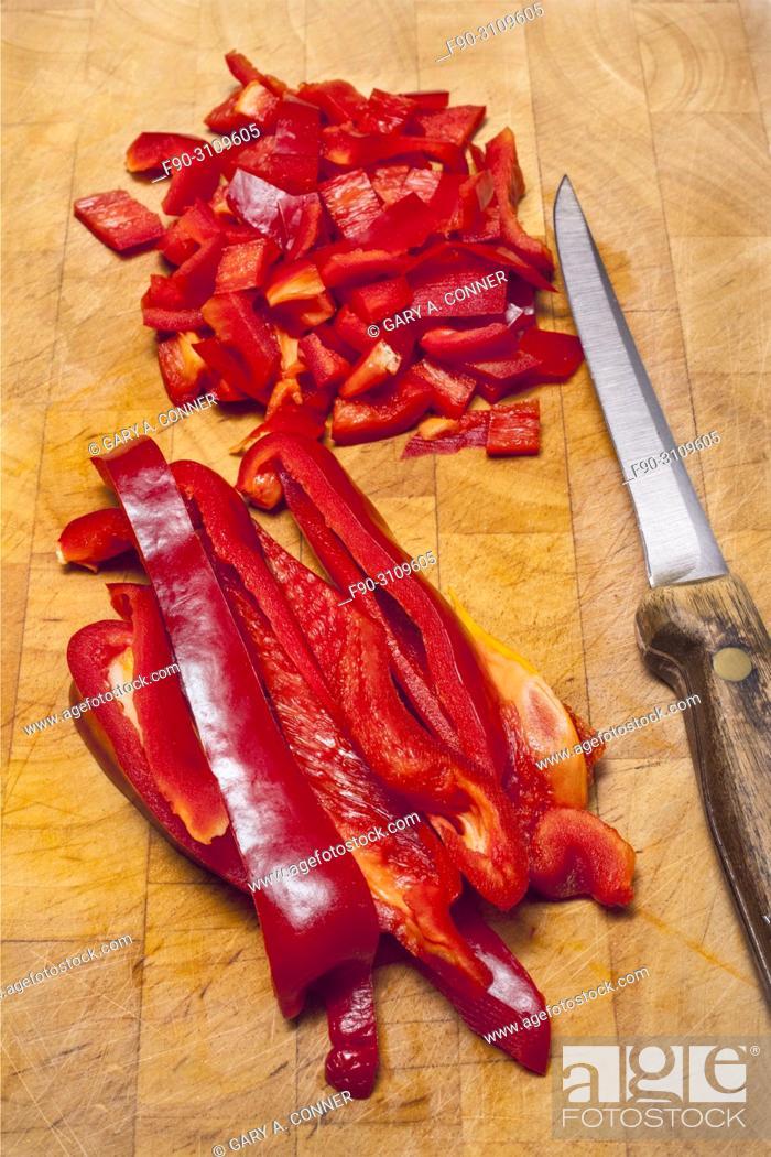 Imagen: Cutting red bell peppers, Salobreña, Granada, Spain.