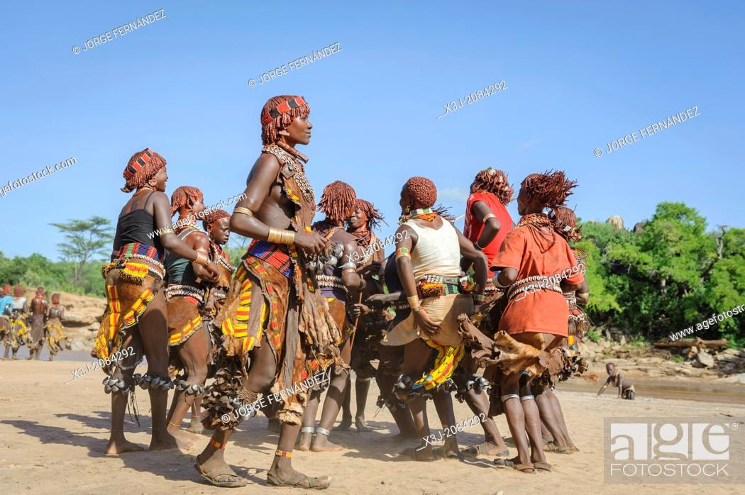 Imagen: Women dancing during a bull jumping ceremony. A rite of passage from boys to men. Hamer tribe, Omo valley, Ethiopia.