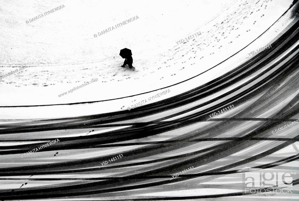Imagen: Snowy day, people and cars create patterns in snow, could be anywhere where snow falls, this one was taken in Geneva, Switzerland, from the roof of the building.