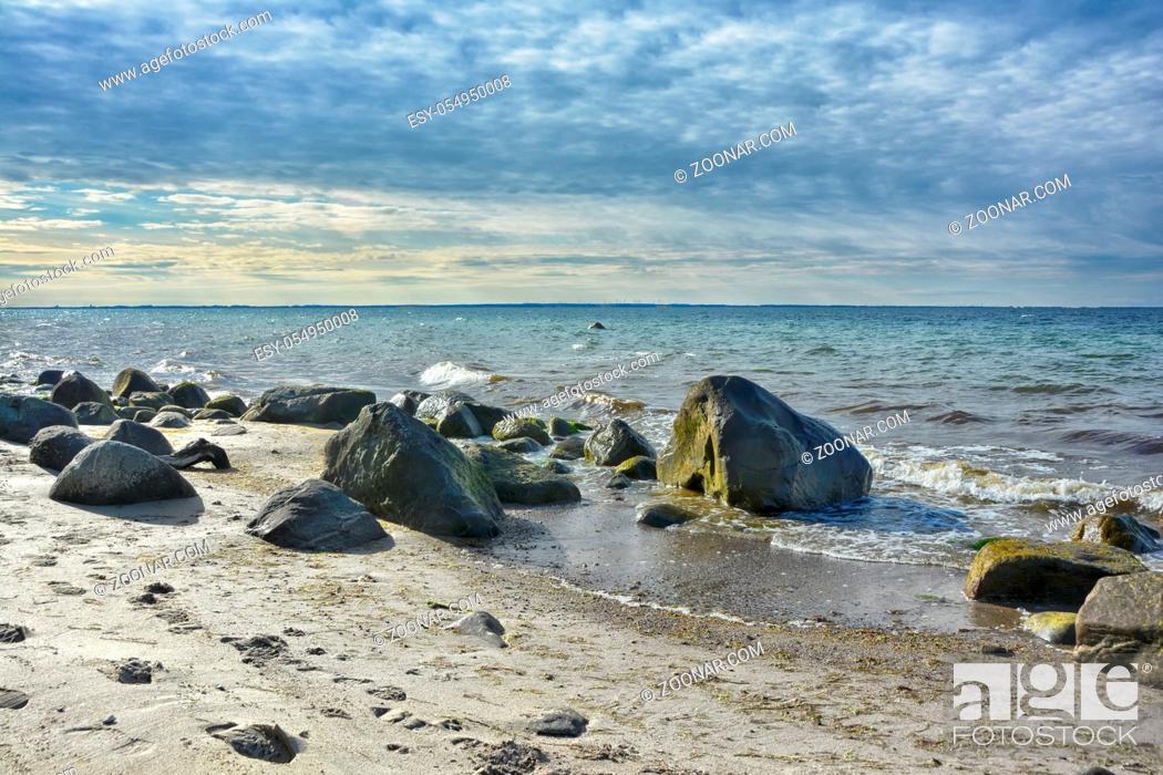 Stock Photo: Die Ostseekueste in Mecklenburg-Vorpommern bietet mit verschiedenen Landschaftsformen von flachen Sandstraenden bis eindrucksvollen Steilkuesten eindrucksvolle.
