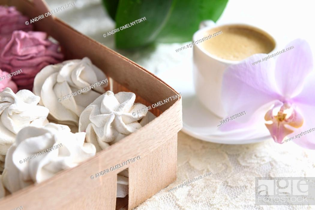 Imagen: marshmallows handmade white and pink in a tray made of wicker, lace.