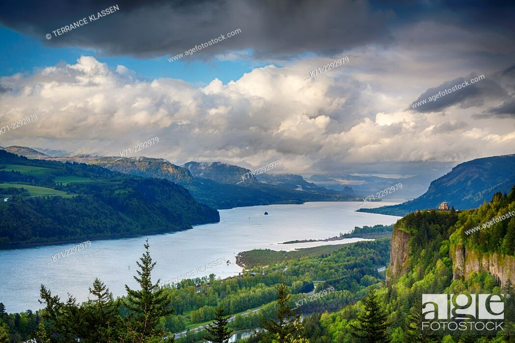 Stock Photo: A view down the Columbia River gorge, Oregon, USA.