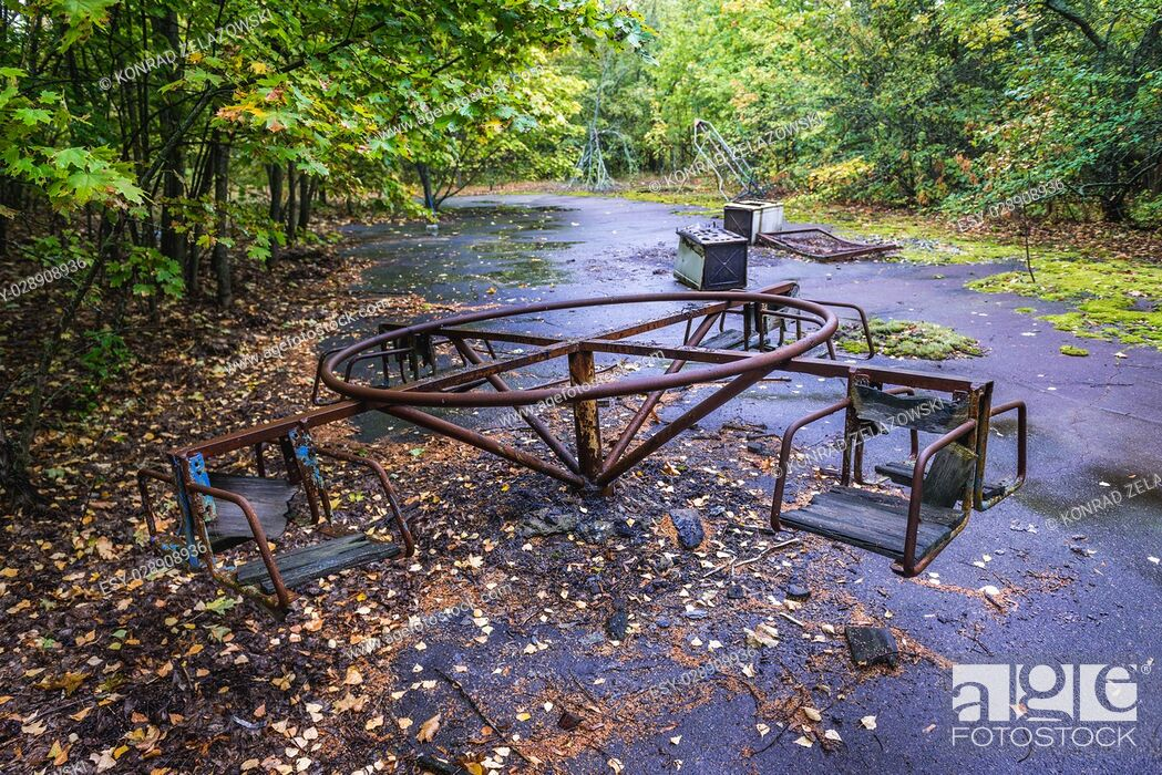Imagen: Playground in Pripyat ghost city of Chernobyl Nuclear Power Plant Zone of Alienation around nuclear reactor disaster in Ukraine.