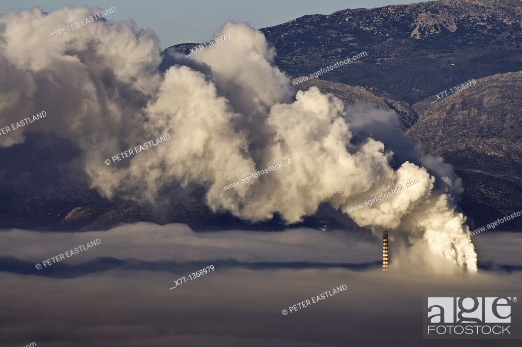 Imagen: One of Megalopolis thermoelectric power plants shrouded in a mixture of fog, and smog from its own chimneys, Arcadia, central Peloponnese.