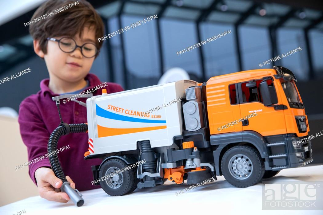 "Imagen: 23 January 2020, Bavaria, Nuremberg: Louis plays with the """"MAN TGS Street Sweeper"""" vehicle from Bruder Spielwaren on the fringes of the main press conference."