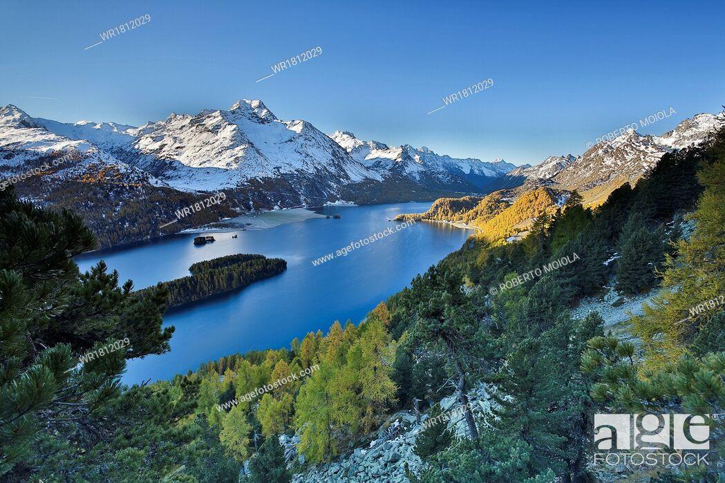Imagen: Lake Sils, between Maloja Pass and Lake Silvaplana, overlooked by several mountains over 3000 metres, Graubunden, Switzerland, Europe.