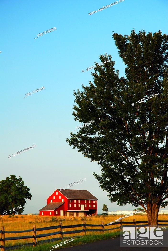 Imagen: A small red barn on the historic John Sherfy farm still stands in Gettysburg National Historic Battlefield.