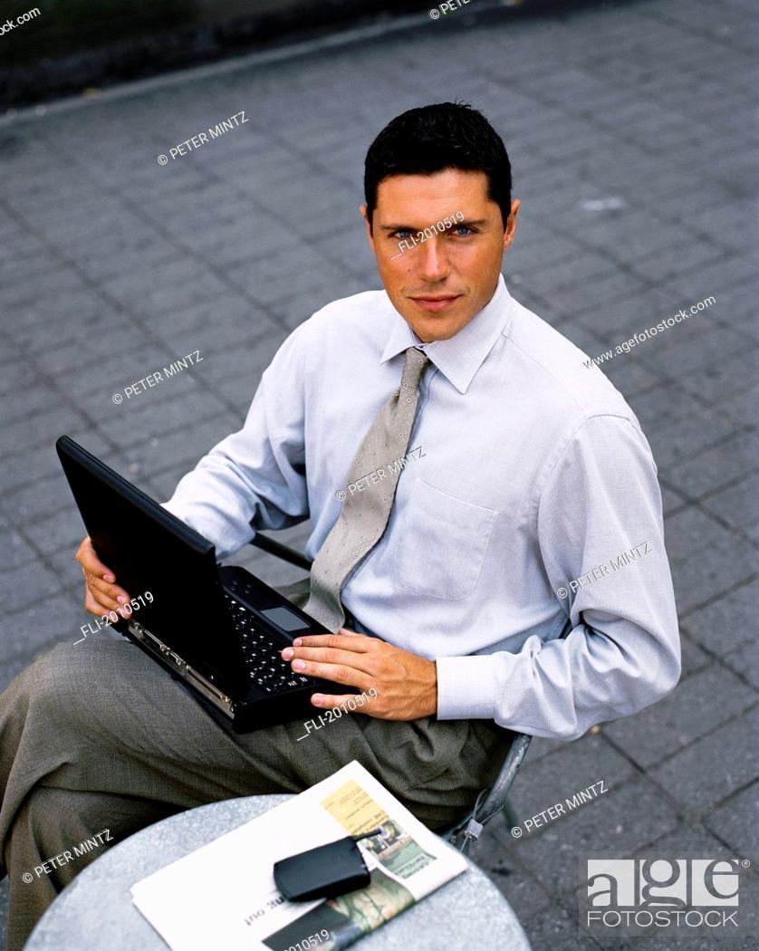 Imagen: Fv4013, Peter Mintz; Businessman With Laptop Looking Up.