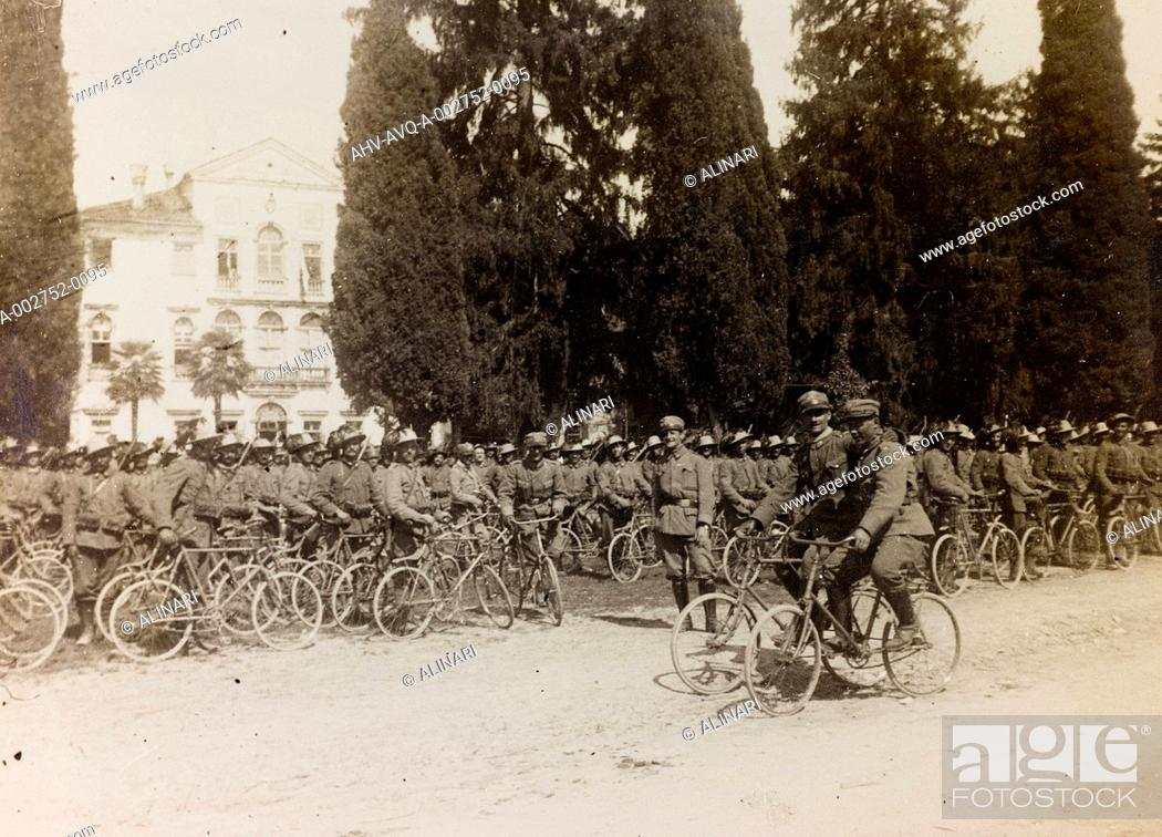 Imagen: Album of the First World War in Friuli-Venezia Giulia: the battalion of the bersaglieri and the soldiers cyclists, shot 08/04/1916.