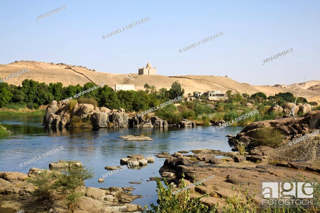 Imagen: Mausoleum of Aga Khan over Nile Cataract Landscape, Aswan, Egypt.