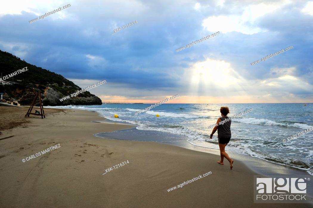 Stock Photo: Mujer paseando por la playa del Garraf, Garraf, Provincia de Barcelona, Catalunya, España.