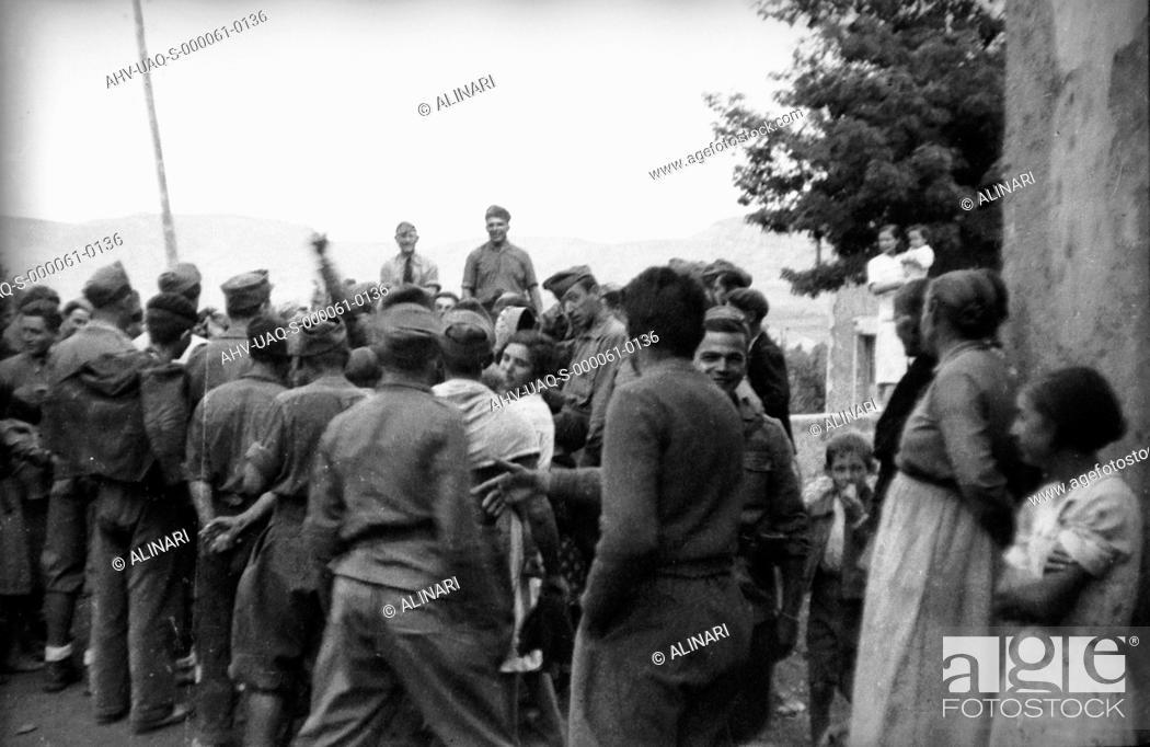 Imagen: Spanish Civil War 1936-1939: Group of Italian soldiers with some civilians, shot 02-05/1939 by Lorandi Maurizio.