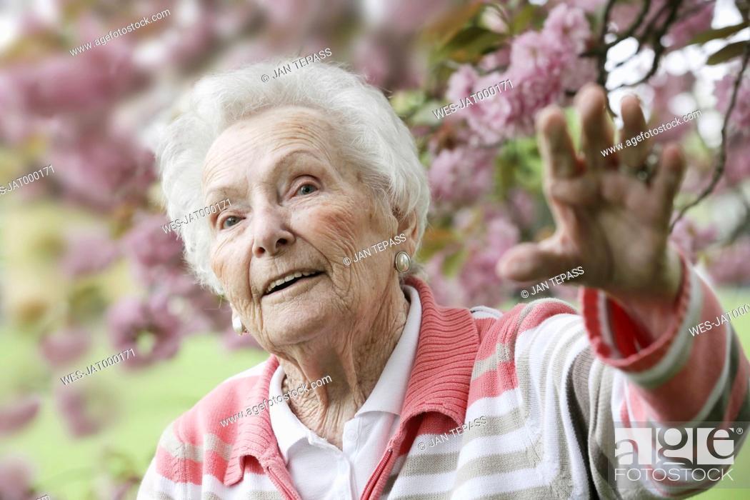 Stock Photo: Germany, North Rhine Westphalia, Cologne, Senior woman in park, looking away.