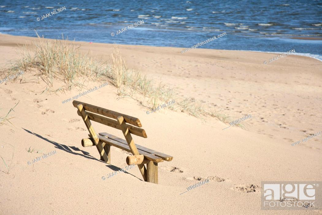 Imagen: Wooden Bench on the Beach.