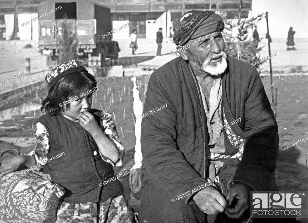 Imagen: Ein Mann mit einem kleinen Jungen in Taschkent in Usbekistan, Sowjetunion, 1970er Jahre. A man with a little boy at Tashkent in Uzbekistan, Soviet Union 1970s.
