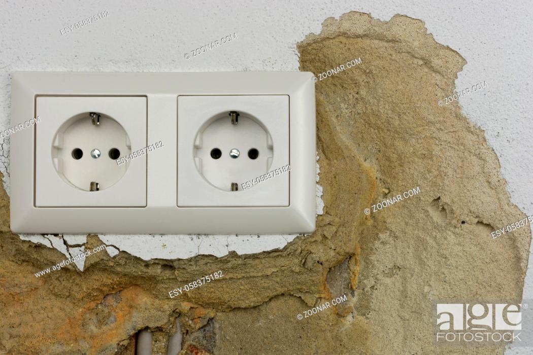 Imagen: Wall plaster loosens around sockets.