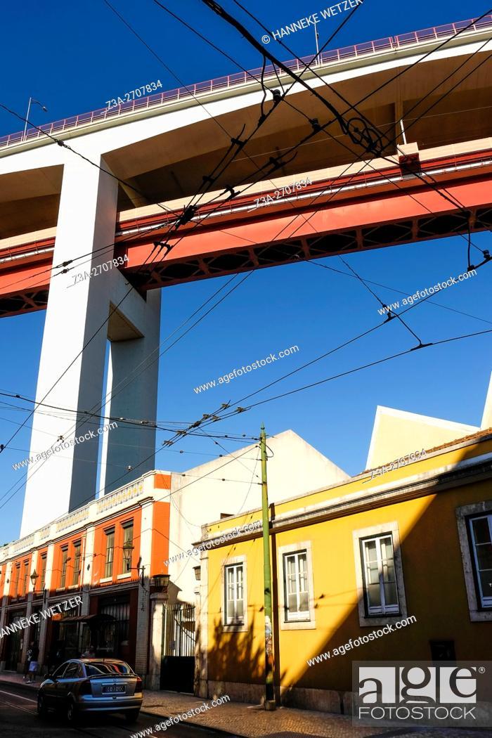 Photo de stock: The 25 de Abril Bridge (Ponte 25 de Abril, 25th of April Bridge) is a suspension bridge connecting the city of Lisbon, capital of Portugal.