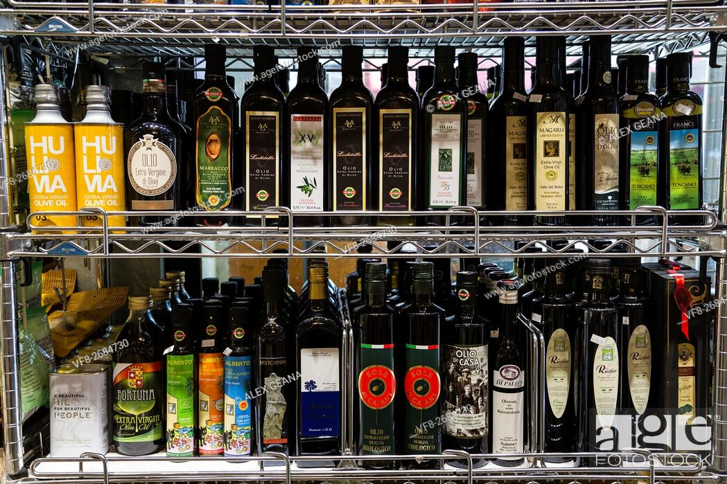 Imagen: Luxury and high-end imported olive oil on a store shefl in New York's Little Italy at Di Palo's deli.