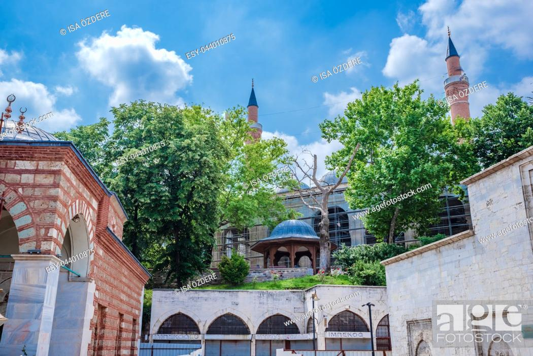 Imagen: View of Yildirim Bayezid complex,a mosque complex complex built by Ottoman Sultan Bayezid I Bursa,Turkey. 20 May 2018.