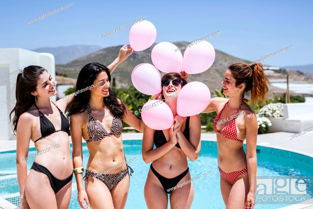 Imagen: Girlfriends celebrating birthday at the pool.