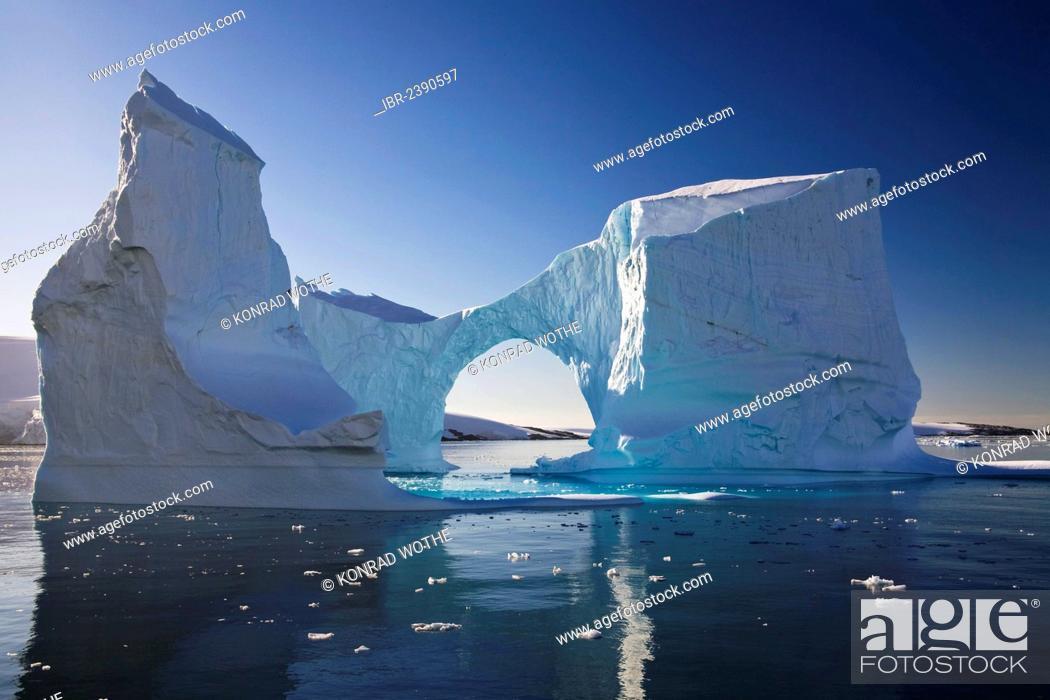Imagen: Iceberg archway in Lemaire Channel, Antarctic Peninsula, Antarctica.
