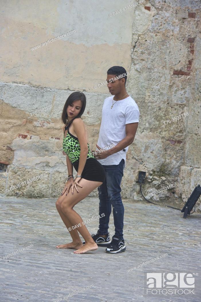 Imagen: Sexy dancing in Plaza San Francisco, Havana, Cuba.