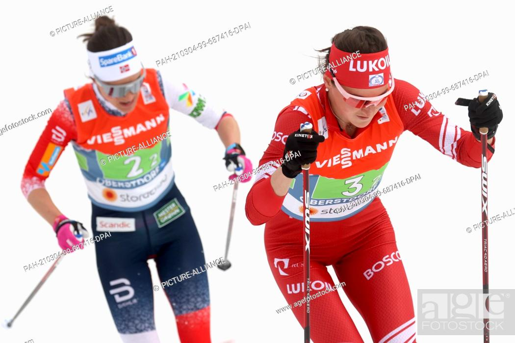 Imagen: 04 March 2021, Bavaria, Oberstdorf: Nordic skiing: World Championships, cross-country, relay 4 x 5 km, women. Julia Stupak from Russia skis ahead of Heidi Weng.