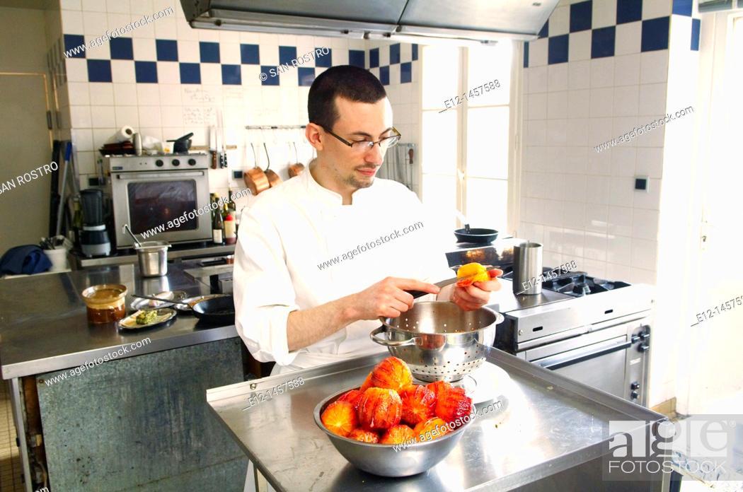Stock Photo: Pastry chef Anthony Beucher prepares blood oranges for dessert, restaurant Les Tonnelles by chef Gérard Bossé, Béhuard, Marne-et-Loire, Pays de la Loyre, France.