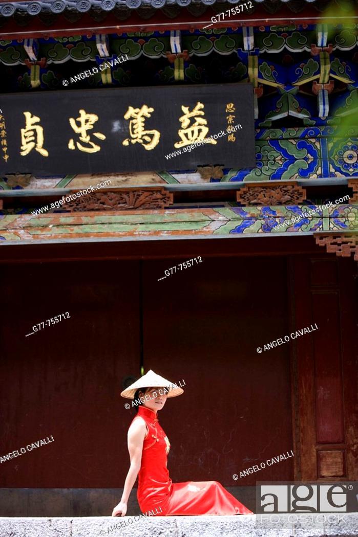Stock Photo: China, Yunnan Province, Shangri-La region, Lijiang, Chinese woman.
