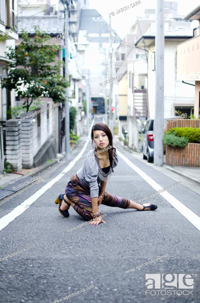 Imagen: Japanese Girl poses on the street in Nakameguro, Japan. Nakameguro is a town located in the nice area of Tokyo.