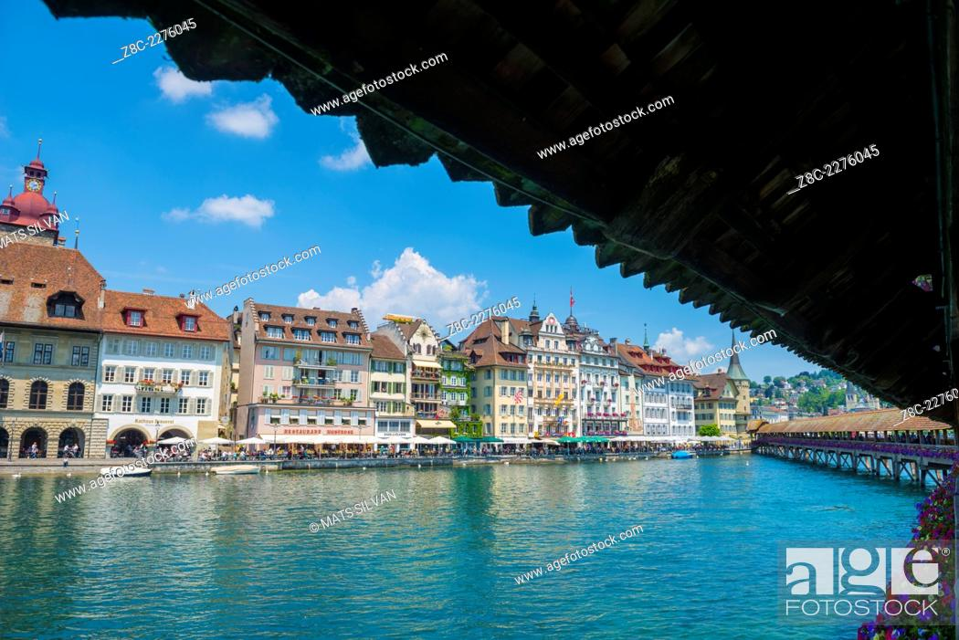 Photo de stock: River Reuss with Chapel bridge and cityscape with blue sky and clouds in Lucerne, Switzerland.