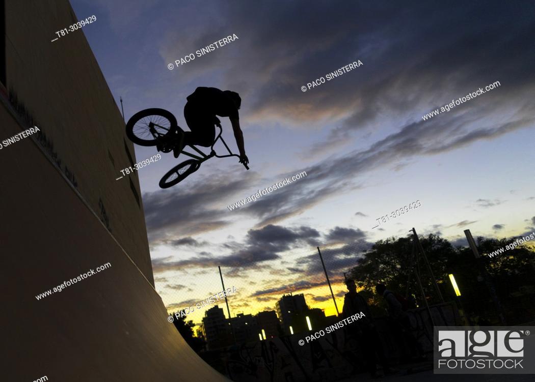 Imagen: bmx in bike park, Valencia, Spain.
