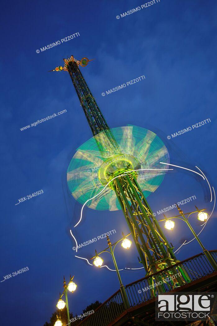 Imagen: The Star Flyer at night at Tivoli's gardens, Copenhagen, Denmark.