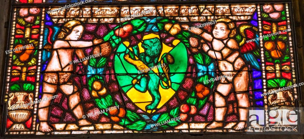Imagen: Angels Green Lion Stained Glass Chapel Santa Maria Novella Church Florence Italy. First Church in Florence founded 1357. Lion Symbol of Medici.
