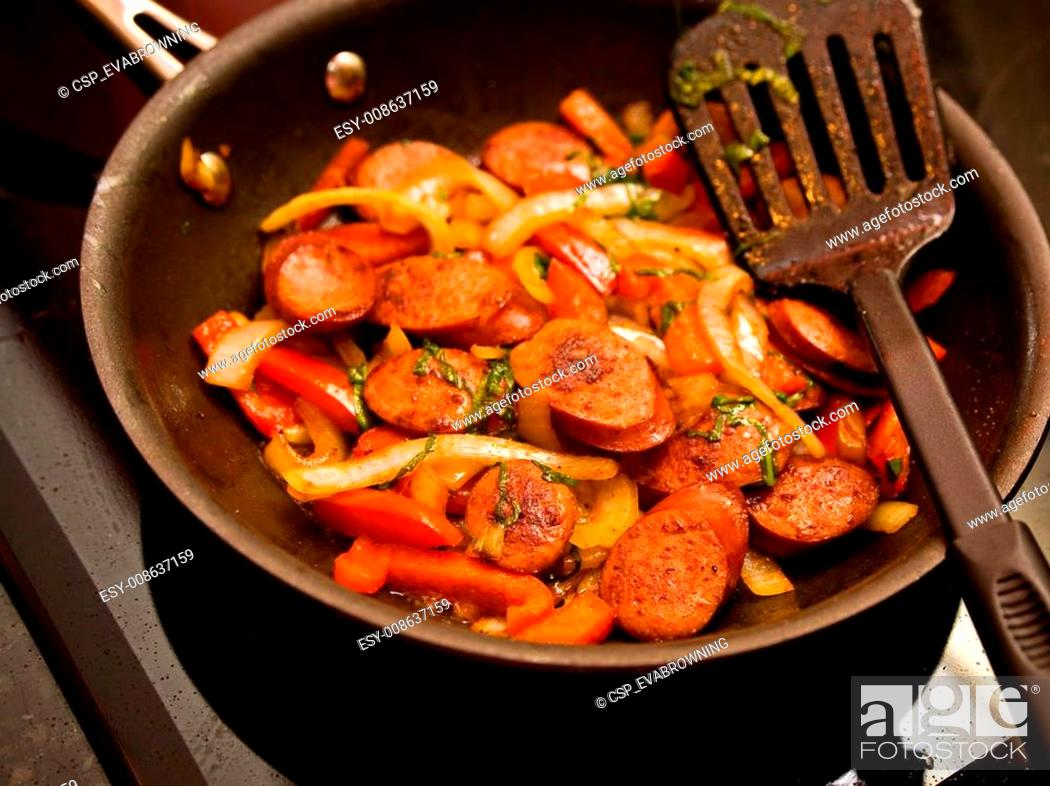 Imagen: Skillet of sausage and peppers.