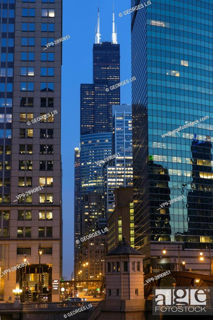 Imagen: Reflect in 333 West Wacker drive building and Willis Tower. Chicago, Illinois, USA.