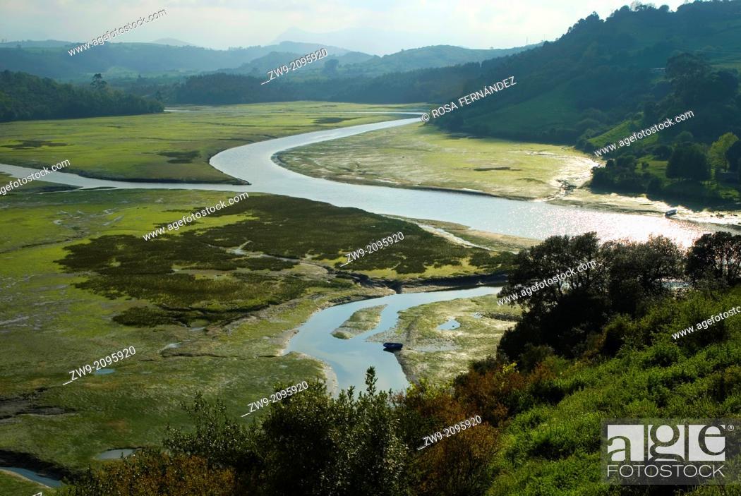 Photo de stock: View of Brazo Mayor River from the castle of San Vicente de la Barquera, Region of Cantabria, Spain.