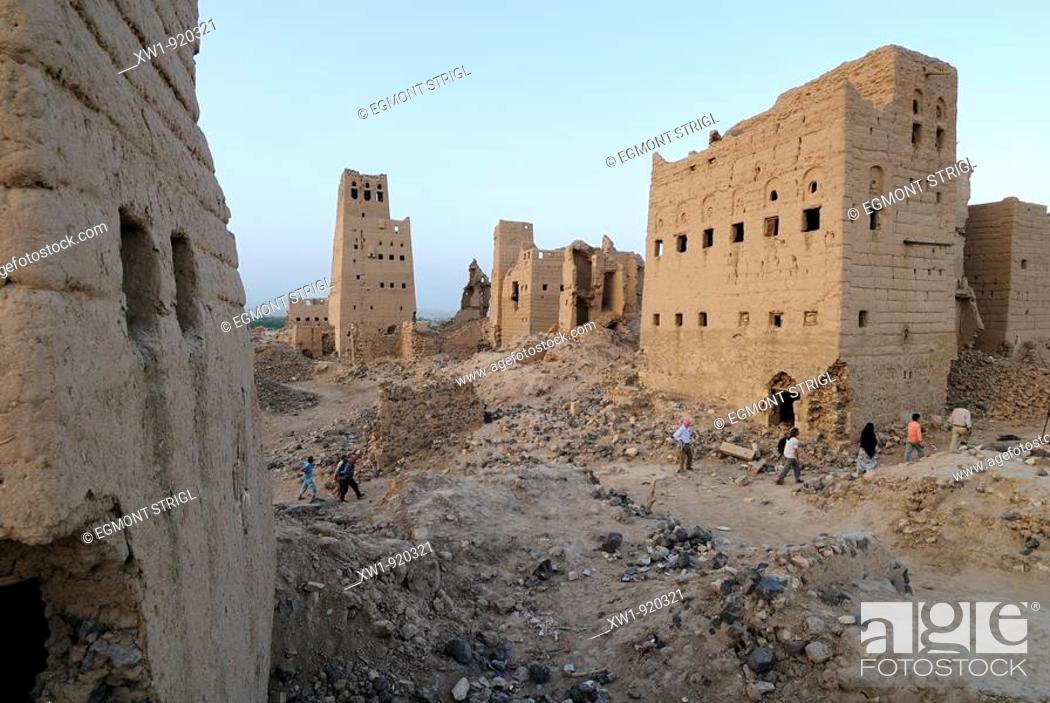Imagen: group of tourists hiking through the ruins of old Marib, Yemen, Arabia, West Asia.