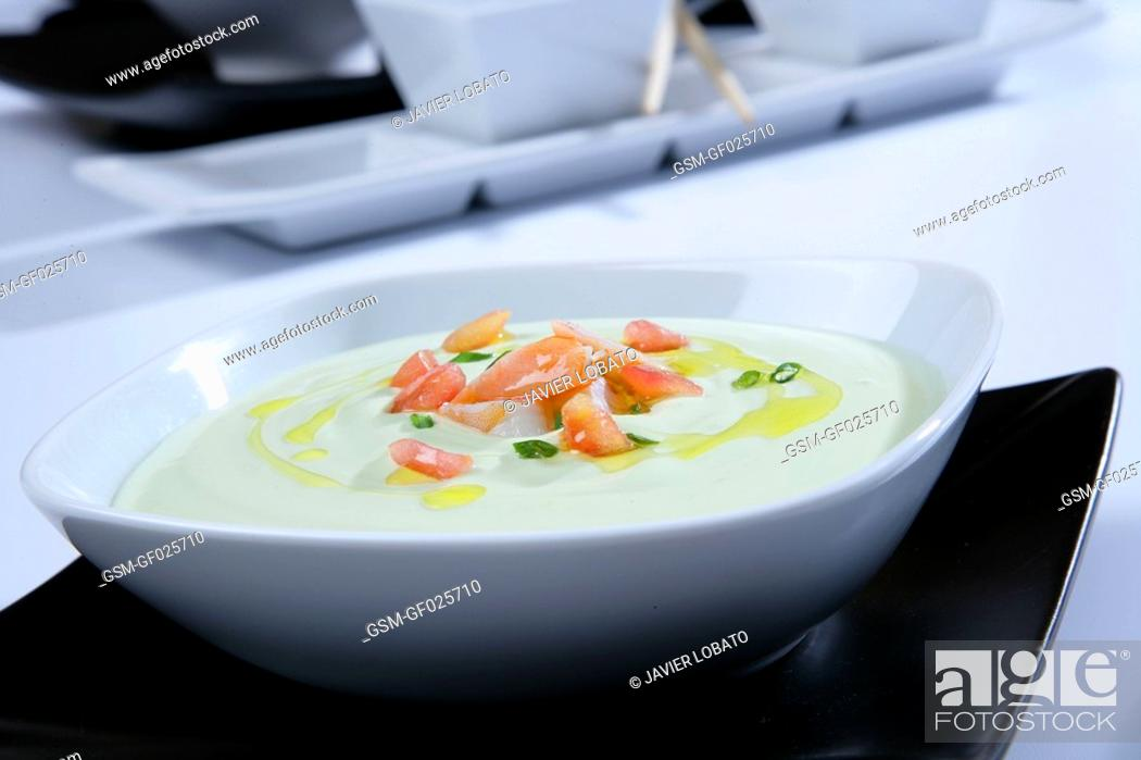 Imagen: Cream of avocado soup with shrimps.