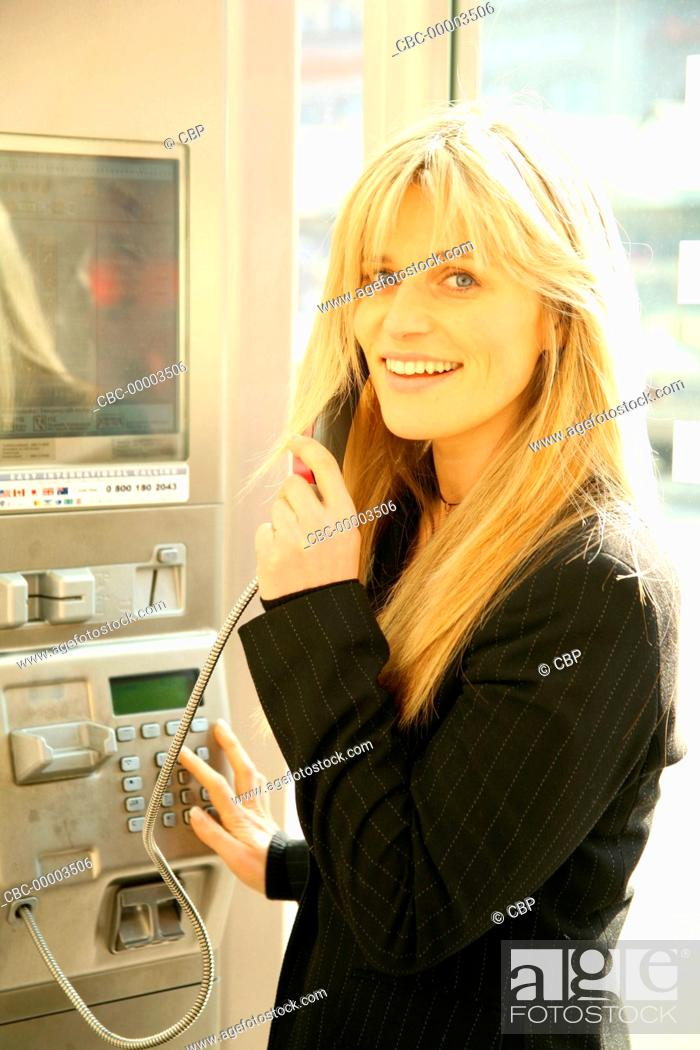 Imagen: Portrait of Young Woman Using a PAyphone.