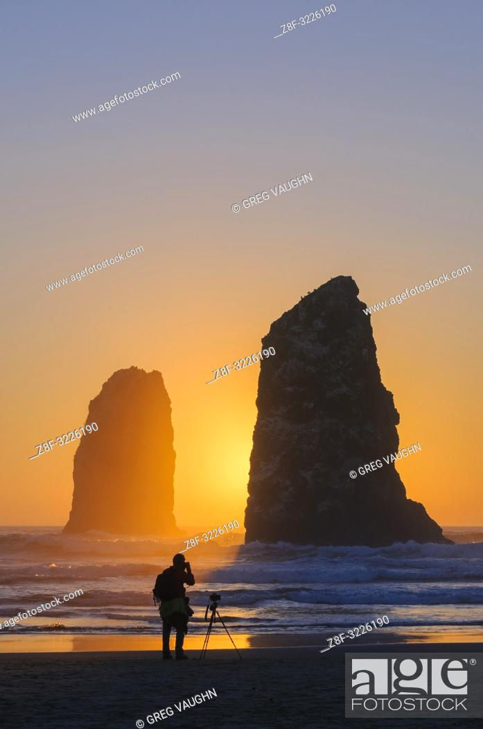 Imagen: Man photographing The Needles at Haystack Rock in Cannon Beach on the northern Oregon Coast.