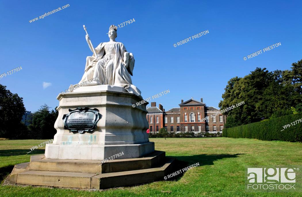 Stock Photo: Statue of Queen Victoria by her daughter Princess Louise, outside Kensington Palace, London, UK.