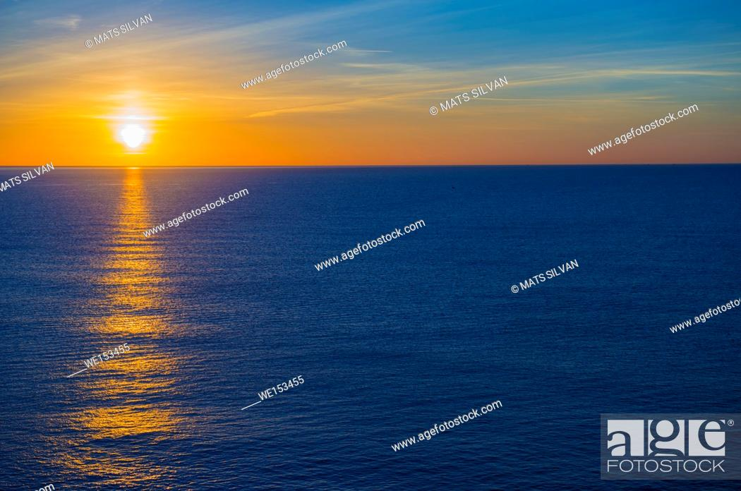 Imagen: Sunset over Mediterranean Sea in Menton in Provence-Alpes-Côte d'Azur, France.